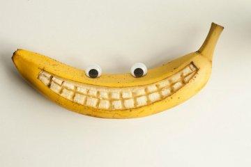 Почему зубы желтеют быстро??